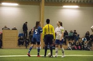Sundsvalls och Timrås kaptener Anna Torstensson och Emma Granström skakar hand före Luciacupsfinalen.
