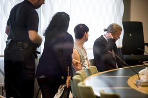 Arkivbild. Häktningsförhandlingarna mot den 18-årige mannen (mitten) som misstänks för mord och mordförsök i en sommarstuga i Arboga i Västerås tingsrätt.