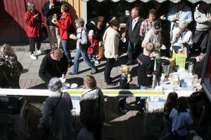 Det var många, både unga och gamla, som gick på tårtkalas mitt i stan på lördagen.FOTO: INGALILL FORSS NORBERG