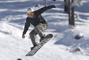 Sett till antalet utövare så är det fler snowboardåkare än skidåkare som skadar sig.