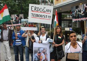 På torsdagen höll Hudiksvallsbor en manifestation mot Turkiets bombningar av kurdiska mål och uppmärksammade årsdagen av massakern på berget Şingal. Kamran Khalil (infälld) höll tal och läste poesi.