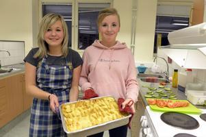 Tacogratängen är klar, Wilma Nilsson och Elin Håll har precis fått ut varmrätten ur ugnen.