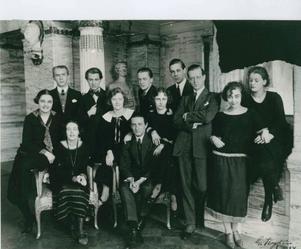 Avgångseleverna vid Dramatens elevskola, våren 1924. Längst ut till höger syns Mimi Pollak och Greta Gustafsson.Foto: Kungliga Dramatiska teaterns arkiv