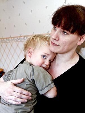 – Man är inte hemma för skojs skull. Är han frisk kan man göra något. Nu går inte det och då får man gå omkring och stirra på väggarna, säger Regina Lindberg som är hemma och vabbar den sin snart tvåårige son Albin Lindberg.