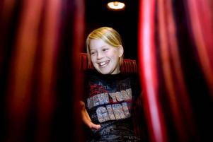 """LÄSTE MEST AV ALLA. 11-åriga Klara Karlsson från Vikingaskolan belönades dubbelt för sin flitiga läsning under finalen i Folkets hus i Gävle. Två gånger fick hon gå upp på scenen och ta emot bokcheckar. """"Jag älskar att läsa. Det känns som man försvinner in i en annan värld"""", förklarade hon för Arbetarbladet."""