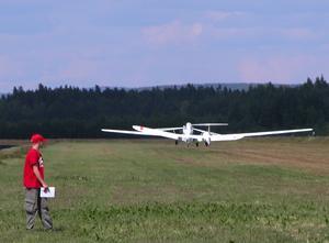 Lyftkraft. Segelflygplanet har fått tillräcklig fart för att kunna lyfta från marken och lägger sig bakom bogserflygplanet, för att sedan bogseras upp på flera hundra meters höjd. Foto:Göran Persson