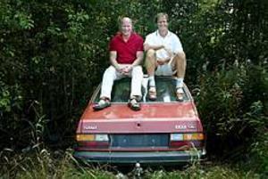 Foto: ANDREAS BARDELLDumpade ett bilvrak. Lars Alm och Ulf Nordberg från skrotbilskampanjen fick själva dumpa en skrotbil i skogen för att kunna visa hur bra Skrotbilskampanjen är på att bärga bilvraken.