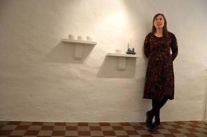 Linda Svedberg har gjort skira snöbollsljusstakar till Drejeriets julutställning.