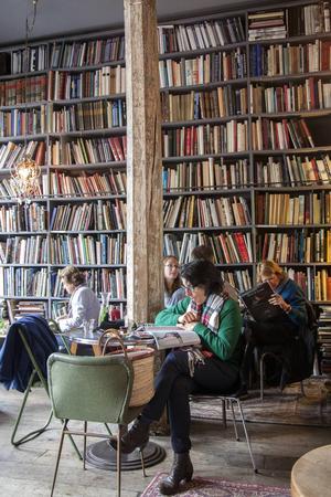 Bibliotekskänsla på Mercis kafé i Paris.