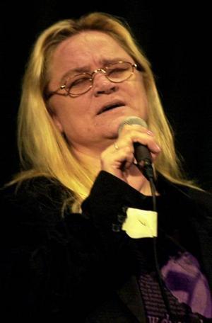 TILLBAKA. Efter en lång tids sjukdom ställer sig Monica Törnell på scen igen  under Svenska hjältar-galan i Sandviken.