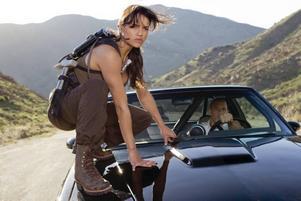 """Fartfyllt värre. Michelle Rodriquez och Vin Diesel inleder """"Fast and Furious"""" med några rejält actionfyllda scener som inkluderar en lastbil, kylspray och bensinstöld."""