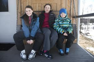 Kari Ornæs Midjo tillsammans med barnen Karine och Mikkel utanför torpet.
