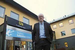 Så här ser han ut, Johan Carlsson den blivande generaldirektören för Sveriges nya myndighet Folkhälsomyndigheten. Från första januari kommer han att pendla mellan myndighetens två orter, Solna och Östersund. Här kommer myndigheten att ligga i Folkhälsoinstitutets lokaler.