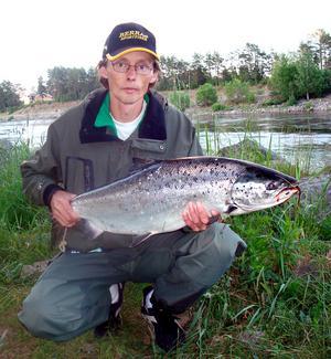 """FÖRSTA LAXEN. Joakim Berglund, Gävle provade laxfiske första gången för ett par veckor sedan.En del brukar få """"gå i lära"""" flera år men Joakim landade i tisdags sin premiärlax. Något tagen visar han upp sin fångst på c:a 8 kilo."""