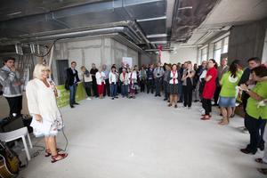 Invigningen av Gävle Strands hälsocentral hölls i de intilliggande blivande restauranglokalerna. Här är det primärvårdschefen Berit Fredricsson som tar till orda.