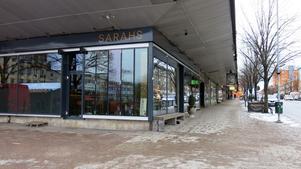 Sarahs utnyttjar läget och har rejäla glaspartier ned mot Slottstorget där bocken står vid jul.