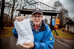 Bengt Swenson med sitt medborgarförslag vid den stora entrén till Säterdalen. Bengt skrev förslaget den 20 oktober 2017 och den 23 oktober mottog Säters kommunkansli dokumentet.