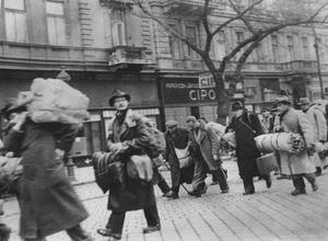 Marscherande judar i Budapest på väg till Tyskland. Det här är en av de bilder som Raoul Wallenberg själv tog i Budapest och som skickades hem till utrikesdepartementet i Stockholm.