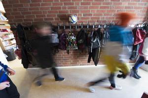 Problemen kring de tre stökiga högstadieeleverna på en skola i Örnsköldsviks kommun har växt sig stora under vintern. De senaste två månaderna har situationen blivit ohållbar.