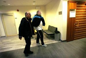 51-åringen har suttit häktad med restriktioner under fyra månader. I går inleddes rättegången.