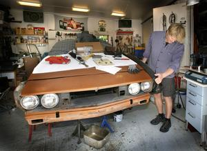 Ove Gunnarsson tycker att Naturvårdsverkets bild av gamla skrotbilar som står och läcker är felaktig: – Vi vill inte heller ha olja på våra tomter, det handlar om misär när bilar blir ståendes, säger han.
