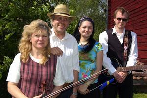 Scendebut. Kerstin Garbergs-Mattsson, Per Mattsson, Jenny Mattsson och Ulf Nygårds bildade den nya musikgruppen som scendebuterade på nationaldagsfirandet i Lima.