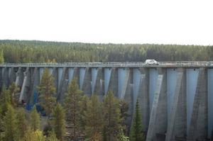 För tillfället håller man på att bredda den 800 meter långa dammen, så att det går att färdas med tunga fordon över den.
