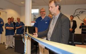 Tandvårdsnämndens ordförande Tomas Yvén fick äran att klippa bandet till den första, nybyggda tandkliniken i Dalarna på 30 år. FOTO: KERSTIN ERIKSSON