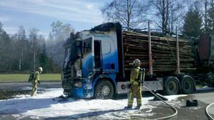 Lastbilshytten blev lågornas rov, men timret klarade sig.