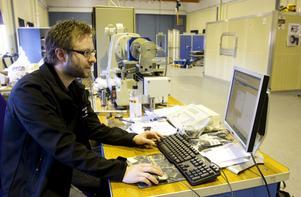 Vältestad. Det ligger mer än 15 års utvecklingsarbete bakom Bultens egen variant av Taptiteskruven. Sebastian Kivimaier testar hållbarhet.