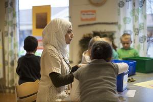 Av de flyktingar som kom till Sverige 2010 hade bara knappt 40 procent någon form av jobb att gå till fem år senare. Och om
