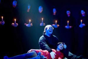 På bilden syns Camilla Sörman i musikalen Sabinas Fall som hon, tillsammans med Dan Hedemark, själv har författat och medverkat i.