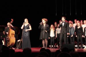 Utöver starka soloakter och gruppinsatser bjöd Från Broadway till Duvemåla även på flera vackra duetter.
