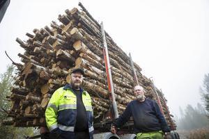 Det har varit full sysselsättning efter alla stormskador, men enligt Pär-Olof och Sven-Olof Olofsson har inte det medfört ökad lönsamhet för virkestransportörerna.   – Det vi får in med den ena handen får vi ge bort med den andra i form av omkostnader.