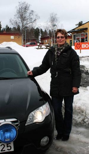 """Eivor Alander poserar stolt vid sitt fordon, som inte alltför ofta har liftare på passagerarsätet. """"Jag har nog bara plockat upp liftare en gång tidigare och då var det en tant som jag kände som skulle till Kälarne"""", förklarar hon. Foto: Stina Hylén"""