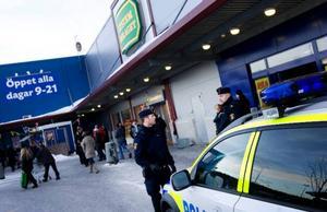 Gripandet av den misstänkte på Systembolaget gjordes snabbt och tämligen odramatiskt. Foto: Håkan Luthman