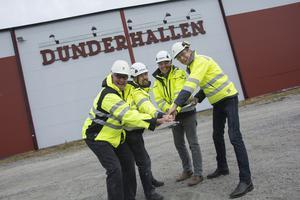 Göran Bergström, kommunalråd, tillsammans med Agust Gärdeman och Henric Kindblom, Attacus bygg AB samt Håkan Espmark, IFK Strömsund.