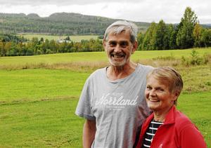 Ewa och Ingemar på gården i Böle som de nu har som fritidsfastighet, men där Ewa föddes och växte upp.