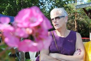 Margareta Kruse njuter i trädgården till sin loppis.