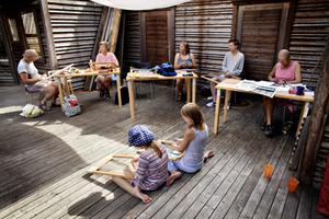En annorlunda vävsal, utomhus på Ön. Helena Hedlund, Inger Rathsman, Solveig Tillkvist, Tove Kindström, Britt Löfgren                                  och barnen Malva Lindfors och Lina Frid går på kurs i Skaparbyn.