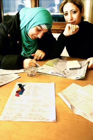 Rana och Amani från Syrien är två av närmare 50 flyktingar, vuxna och barn, som varje onsdag är med på Röda korsets och Frösö församlings språkcafé.