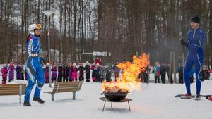 Natalie Wiklund och Jan-Olof Andersson tänder elden.