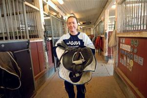 Är vaksam. – Vi håller koll och låser alla dörrar, säger Malin Blom som kallar sig stallflicka på Svedens gård. Foto:KjellJansson