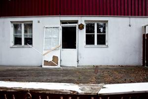 På baksidan hänger altandörren på sned och fönster är krossade. Även på det här avståndet är det outhärdligt att vistas, stanken av mögel är oundviklig.