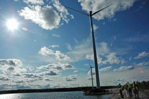 VINDPARK. Två av de fem vindkraftverken vid Skutskärsfabriken är på plats. Syftet med vindparken är att slippa köpa dyr el, samt att bruket ska stå sig konkurrenskraftigt i framtiden.