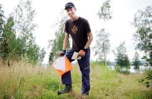 Erik Rost från Alfta lever ett riktigt orienteringsliv. Ena dagen fyra i elitsprinten, nästa dag funktionär som bygger minknatbana för de allra minsta orienterarna.