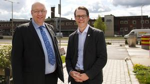 Moderaterna Ulf Berg och Lars Hjälmered besökte under dagen Avesta jernverk.