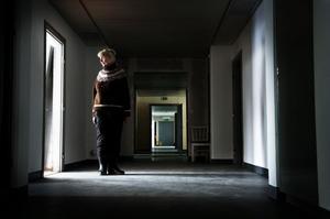 Gun-Britt Abrahamsson lämnade röntgenavdelningen för drygt 15 år sedan, när röntgenapparaten flyttades till Strömsund. Nu är hon tillbaka i de gamla korridorerna – och minns en tid när operationer genomfördes dagligen på sjukhuset.