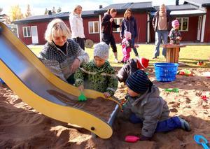 Förskollärare Anita Lindberg och barn på förskolan filiorum.