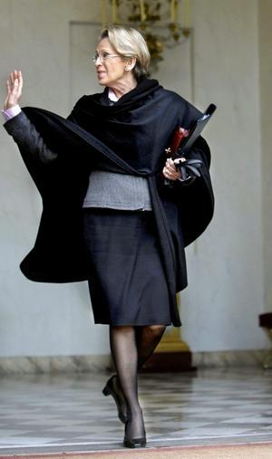 ADIEU. Franska utrikesministern Michèle Alliot-Marie tar farväl. Privat omdömeslöshet och lögner blev hennes fall. En pudel kunde kanske ha räddat en del av hennes ära. arkivbild: Jacques Brinon/scanpix